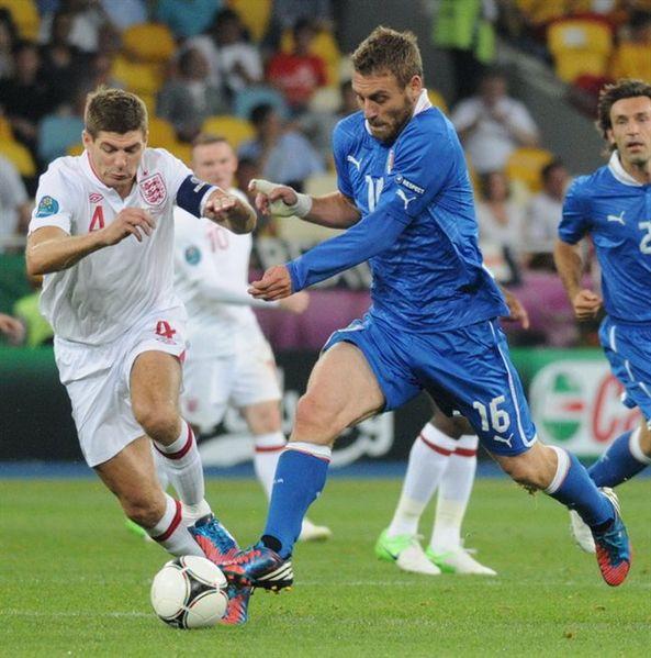 593px-Steven_Gerrard_and_Daniele_De_Rossi_England-Italy_Euro_2012_01